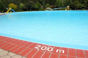 Schwimmbecken mit zwei Metern Tiefe samt Markierung